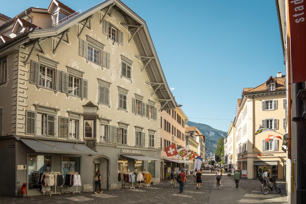Die Poststrasse mit den zahlreichen Geschaeften und Restaurants in der Altstadt von Chur. | Urheber: Schweiz Tourismus, André Meier | Quelle: Schweiz Tourismus PR