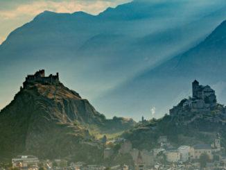 Reference: STC0041466 | Schweiz. ganz natuerlich. Mystische Lichtstimmung ueber den beiden Burgen in Sion. | Copyright by: Switzerland Tourism - By-Line: swiss-image.ch/Jan Geerk | Quelle: Schweiz Tourismus PR