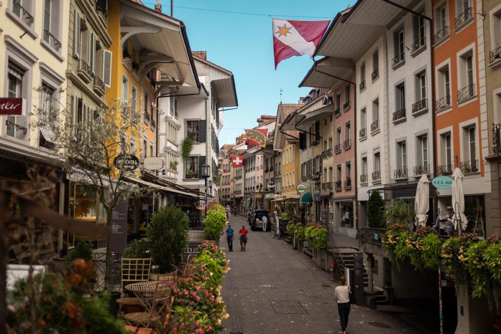 Unterwegs in der Thuner Altstadt | Urheber: Schweiz Tourismus, Nicola Fuerer | Quelle: Schweiz Tourismus PR